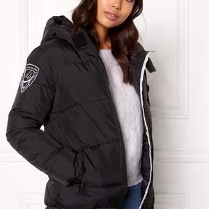 Säljer en svart d'brand eskimå jacka som bara är använd några gånger ✨💕 Väldigt varm och mysig med stor huva. Säljer för 400:- + frakt, skicka meddelande för mer info 🥰