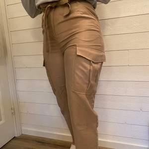 Jätte snygga byxor från HM⚡️⚡️⚡️knappt använda och i gott skick. Kan mötas upp annars står köparen för frakten.