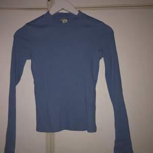 Polo från Monki i en jättefin blå färg. Storlek XXS men den är stretchig så passar xs ksk s också.