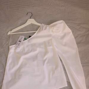 One shoulder topp med puffärm från Gina Tricot. Den är aldrig använd, prislapp finns kvar. Säljer då jag aldrig får användning av den. Storlek 36 (s), 200kr.
