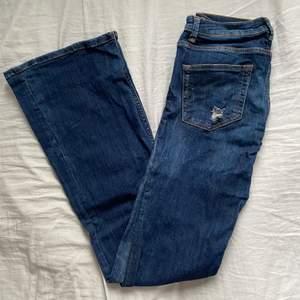 Säljer nu ett par väldigt snygga lite slitna låga bootcut jeans! Jeansen är köpta för några år sedan men i väldigt bra skick och knappt slitna.