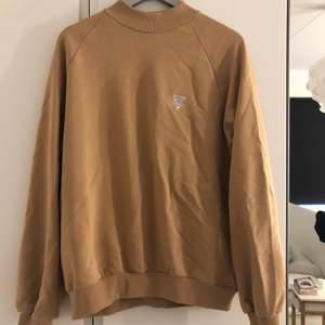 En beige tröja från Junkyard. Den är i storlek M och är bara använd en gång. Originalpriset är 399kr men säljer den för 200kr. Fri frakt