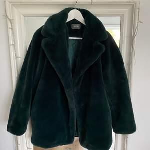 Supermjuk mörkgrön kappa som knappt är använd! Storlek S men passar S/M