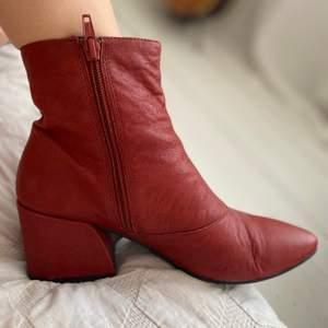 Fina roströda skor med klack från Vagabond. Använda några gånger, bra skick. Storlek 37.
