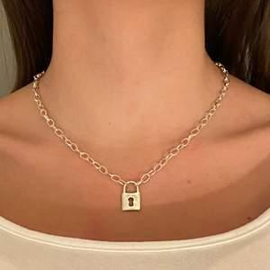 Super coolt Halsband med hänglås! Längd är 48 cm och går att spänna hur mycket man vill! Pris: 69 + 11 kr frakt. Finns 2/2 i lager!