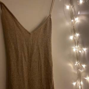 Superfin glittrig, guldig klänning. Kan användas till festliga tillfällen. Har aldrig använt. Prislapp kvar