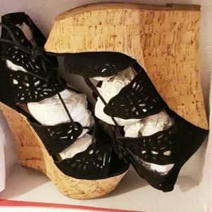 Supersnygga helt nya höga sandaler från Justfab. Provad med Alldrig använda. St 39.