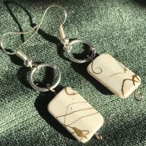 Handgjorda örhängen gjort av återvunnet material. Ett halsband blev till örhängen, så dessa finns i ett begränsat antal. 🤎