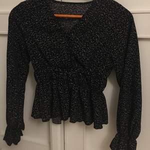 Jätte söt blus som är köpt i shein, är svart och har vita mönstren på.