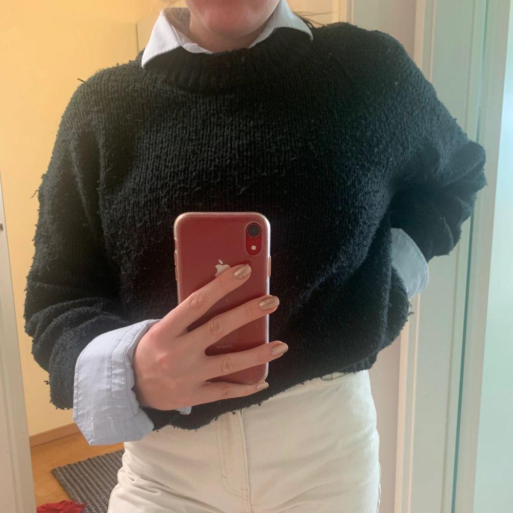 Svart stickad tröja från lager 157 i storlek S. Tröjan är relativt nopprig som det går att se på bilderna därav det låga priset. Perfekt att använda över skjorta eller bara att mysa i. Köparen står för frakt. Pris går att diskutera😇. Stickat.