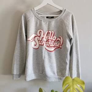 Mysig sweatshirt från Bikbok, knappt använd. Köparen står för frakt.