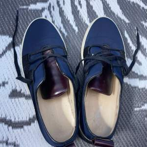 Snygg lågskor i mörkblå med svarta detaljer. Storlek 40 men stor i storleken och passar bättre på någon med storlek 41.