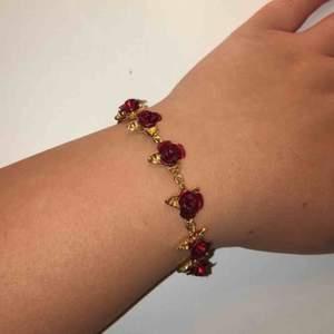 Suuuuperfint armband som jag ej använder, vet ej vart det är från då det var en present. Bra kvalitet. Röda rosor och guld detaljer. 55kr+ frakt 44kr