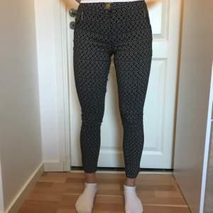 Dessa nya trendig byxor med jättefina detaljer ger dig mycket fina kurvor, storlek S🌸 Köparen står för frakten🌸 Oops lite sömn fel i slutet på byxan men kan fixas!