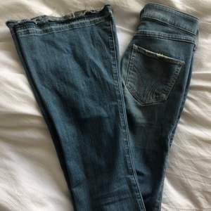 Bootcut jeans från Hollister. Rätt så slitna men det skapar en cool effekt.