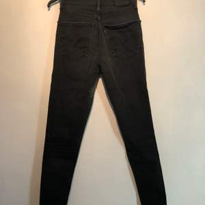Säljer mina svarta Levis Jeans Mile High i väldigt gott skick!!💞 sitter högre i midjan och är tajta i benen 💕 storlek 27/30!    säljes för 350 + frakt 💖💖