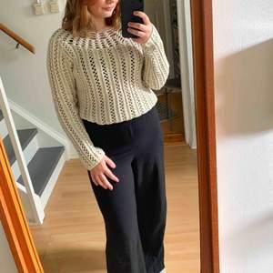 Fin stickad tröja som passar bra till sommaren, sval och snygg med en bikini under🤪 köpt second hand och det står ingen storlek men uppskattas till S.  Möts upp i Stockholmsområdet eller fraktar 🥰