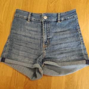 Högmidjade HM shorts, i princip oanvända, ljusblåa, storlek 36. 25kr+ frakt 44kr