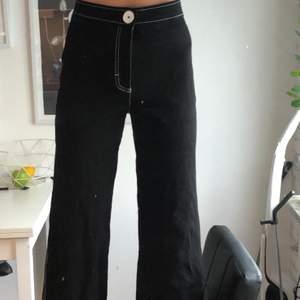 Grymt snygga byxor i storlek small! Ganska stretchiga. Passar mig som är 167cm lång. Säljes pga har en likadan byxdress så använder alltid den istället🤦🏻♀️🙄 köpare står för frakt🖤