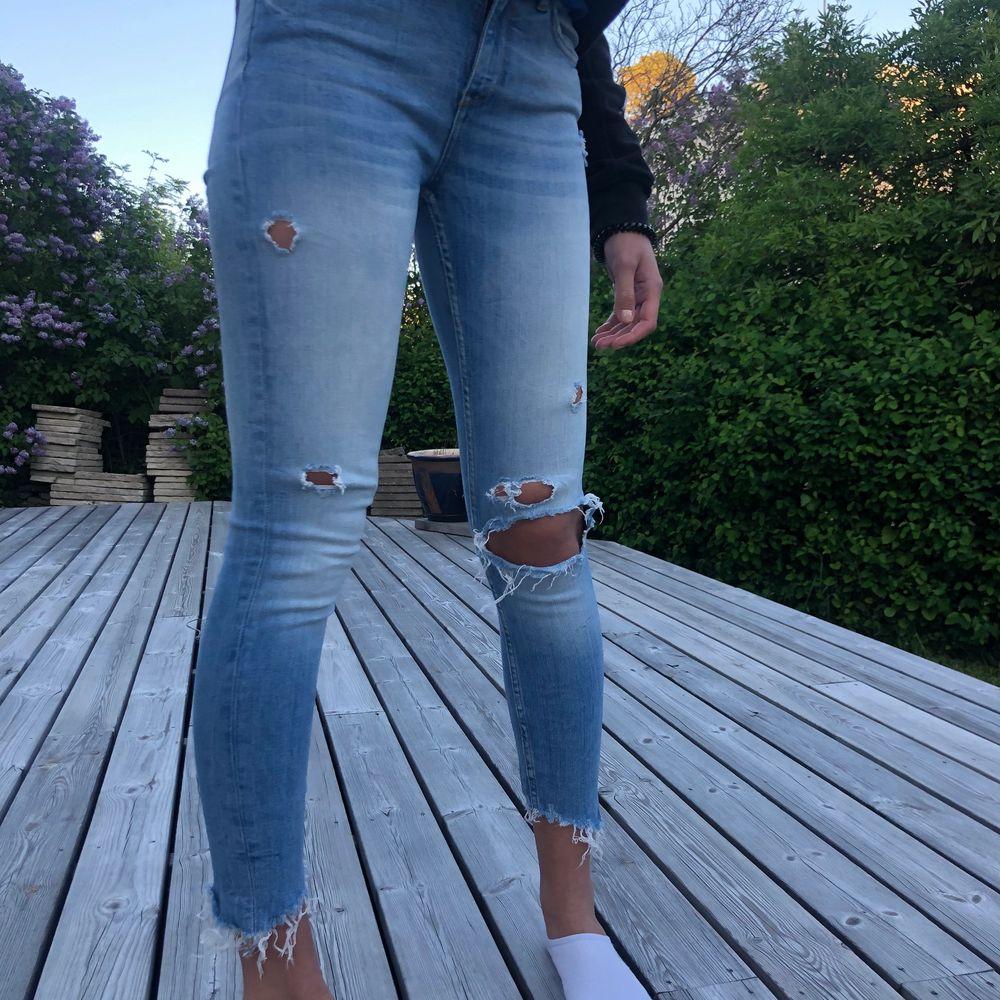 Jeans från Zara Woman i storlek 34. . Jeans & Byxor.