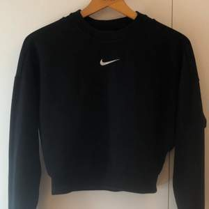 Fin tröja med öppen rygg, lite kortare variant, går att använda till vardags och fest!👼🏼 frakt tillkommer 50:- 📦 jag har s och storleken är xs.