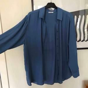 Somrig blå skjorta från Wera i luftigt tyg perfekt att ha över ett linne💙 Passar även på mig som är XS om man vill ha den väldigt oversized!