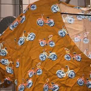 unik senapsgul tröja med cyklar på 🚴♀️ och knyt i midjan. FRAKT INGÅR