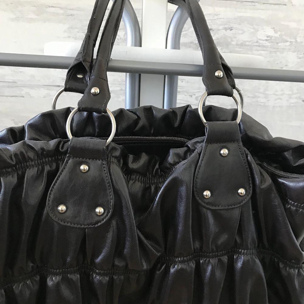 En lite mer gammaldags strandväska/handväska som är praktiskt och rymlig, men som inte kommer till användning. Hör av er vid intresse 💕 idag endast 110 kr. Väskor.