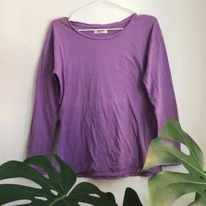 Långärmad ljuslila acne tröja i storlek s. Mycket mjukt material, köpt secondhand men ändå bra skick på den.