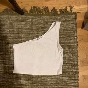 Söt enaxlad top i vit 🌸  eventuell frakt står köparen för