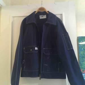 En Fristads work wear jacka! Rätt tunn i materialet. Det är herrstorlek S så passar nog väldigt blandade storlekar på dam, kanske S-L. Kan mötas i Malmö, annars betalar köpare frakt🥰