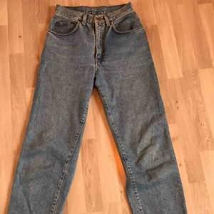 De perfekta jeansen, avklippta och fransade. Sitter högmidjade och oversized, men kan passa olika storlekar. Bra skick. Skriv för mer info/bilder. Kan mötas upp i Gbg/köparen står för frakten❤️