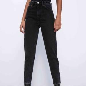Supersnygga mom jeans ifrån zara. Sparsamt andvända. Har i både storlek 34 och 36. Jag har tagit upp sömmen längst nere så de passar mig som är ca 175cm lång perfekt. Pma om du vill se bilder med dessa på