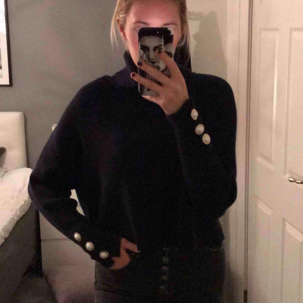 Lyxig polotröja från Zara. Aldrig använd pga av inte min stil. Köpte för 700kr. Passar på dig med M också. Hör av dig!. Tröjor & Koftor.