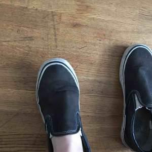 Snyggt slitna slip on vans, i bra skick, lite utslitna i skon vid  hälen som man ser på andra bilden!