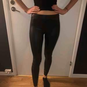 Glansiga leggings ej så stretchiga hm