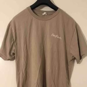 Cool tisha ifrån New Black, säljes pga av att den ej kommer till användning! Köparen står för frakt🥰 (tröjan är skrynklig för att den spenderat en tid i garderoben)