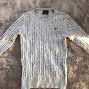 En grå kabelstickad GANT tröja som är använd fåtal gånger och i mycket bra skick och kvalité. Storlek: XS-S Nytt pris: 1200kr