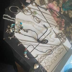 Halsband, klocka, armband, paketpris 40 kr plus frakt, har några år på nacken så därav priset. 😊