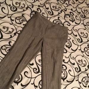 Svart o vita byxor (ser grå ut), änvänd en gång och i jätte bra skick. (Org pris 200)