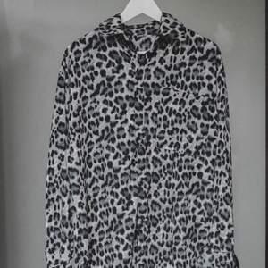 Leopardskjorta i grått. Endast testad, men passade inte riktigt min stil. Väldigt fin.