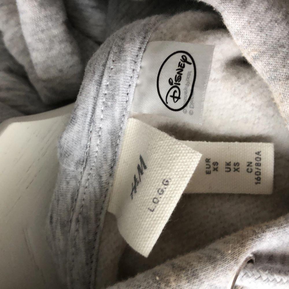 Musse pigg hoodie från H&M. Använd max 5 ggr, Strl xs men passar även S/M. Mjukt material innanför. Köparen står för frakt (63kr). Tröjor & Koftor.