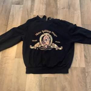 svart hoodie med guld detaljer, skriv gärna för mer info