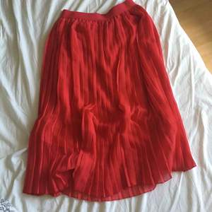 Jättefin kjol från NA-KD perfekt till sommaren! Köpt här på Plick men tyvärr för liten för mig, så säljer den vidare🎀 Frakt tillkommer!😁