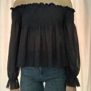 Svart off shoulder blus med fina detaljer. Blusen är använd en gång och är ifrån Gina Tricot