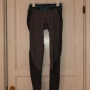 Grå klassiska gymshark tights, endast använda ett fåtal gånger. Stretchiga och skulle passa M men sitter även bra i strl s.