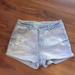 Ljusa jeansshorts, köpt på Kappahl. Köpare står för frakt