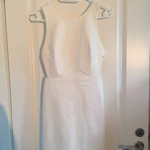 Säljer nu min fina studentklänning som jag hade på min student 2015! Köpt från zara och är helt underbar i ryggen! Kan skicka fler bilder från min student med klänningen på vid intresse!