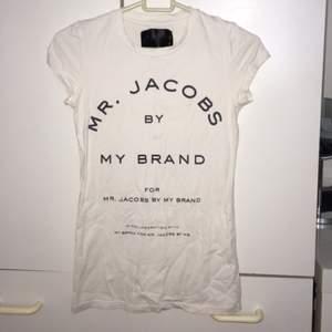 Säljer min Marc Jacobs tshirt då den aldrig kommer till användning.  Storlek s, knappt använd :)
