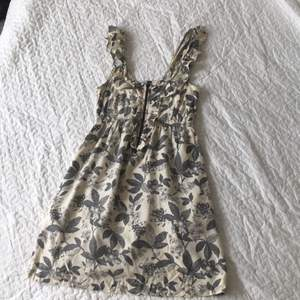 Somrig klänning från Urban Outfitters